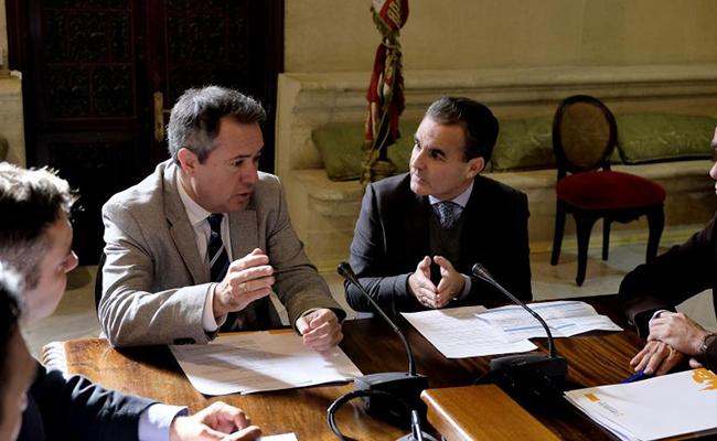 El director territorial de CaixaBank en Andalucía, Rafael Herrador, y el alcalde de Sevilla, Juan Espadas durante la reunión FOTO: J.M.Serrano