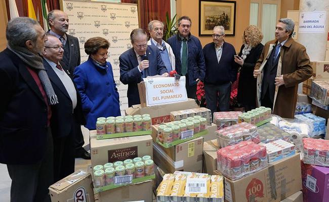 Momento de la entrega de alimentosL por parte del Ateneo a entidades en contacto con colectivos en riesgo de exclusión social / Jesús Spínola