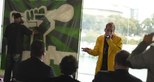 El rapero Skone y el grafitero Bizcui durante la presentación de la campaña Reciclando versos de Ecovidrio / Grupo Abades
