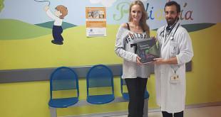 Sandra Ibarra, presidenta de la fundación, junto al oncólogo David García durante la entrega
