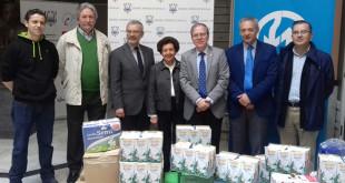 Miembros de Emasesa y el Ateneo de Sevilla en la entrega de alimentos / Emasesa