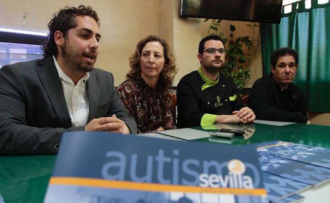Luis Arenas expone qué es la Plataforma Aspiro junto a Mercedes Molina, presidenta de Autismo Sevilla, Iván García, duelo de El Jinete, y Eduardo Álvarez, usuario de la Plataforma / Foto: Pepe Ortega
