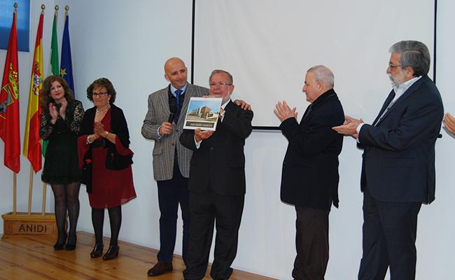 Juan Manuel Carrasco, en el centro de la imagen, durante el homenaje / L.M.