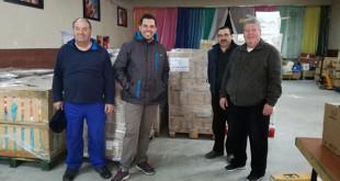 Voluntarios de la asociación nazarena con los alimentos recolectados / ABC