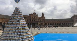 La iniciativa para crear el corazón solidario se desarrolló en plena Plaza de España. EFE/Luis Bellido