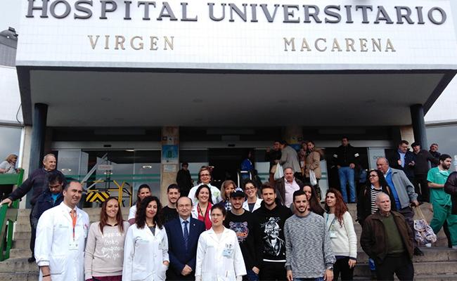 Jugadores y presidente del Sevilla FC visitan a los niños del Virgen Macarena