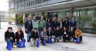 Los jóvenes candidatos a las becas junto con responsables de Loyola  Andalucía, la Fundación Alalá y los institutos participantes, durante su visita al campus de Sevilla / Alalá