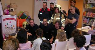 Los bomberos durante su encuentro con los niños ingresados / ABC