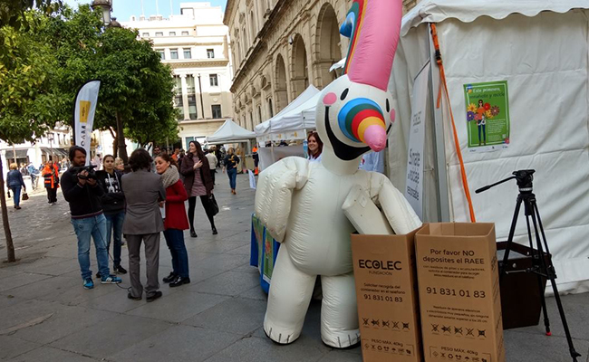 Curro ha estado presente en la campaña de sensibilización de la Plaza Nueva / Foto: Fundación Ecolec