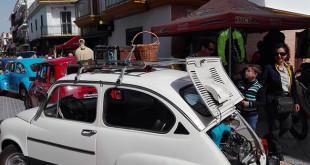 Vehículos clásicos expuestos en la calle San Sebastián / A.MORENO