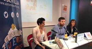 Miriam Reyes, fundadora de Aprendices Visuales, Marcos Zamora, director general de Autismo Sevilla, e Iria Juaneda, autora de Marcos y la Luna / Foto: Autismo Sevilla