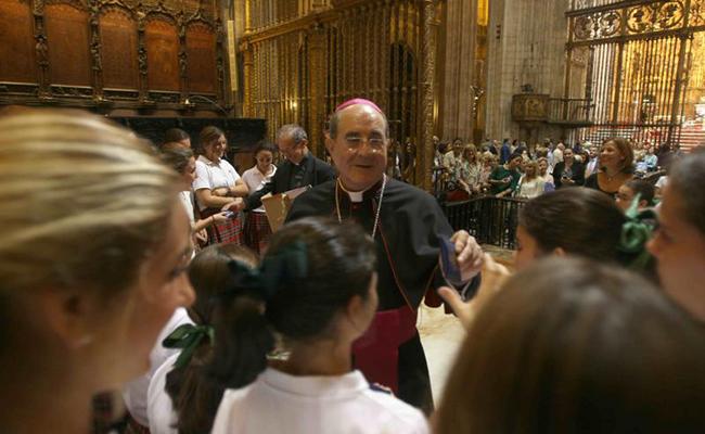 El Coro de Entreolivos en la Catedral junto al arzobispo Asenjo / Foto: Raúl Doblado