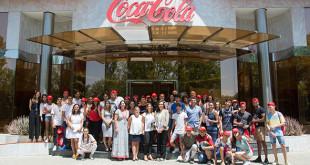 Los jóvenes de la pasada y la próxima edición posan junto a representantes de Coca-Cola FOTO: L. A.