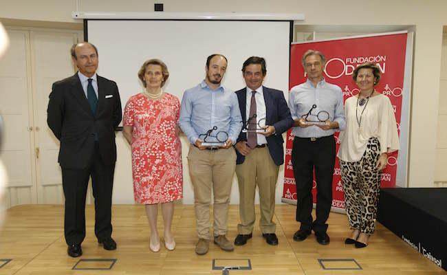 Los premiados con los representantes de la Fundación Prodean. RAÚL DOBLADO