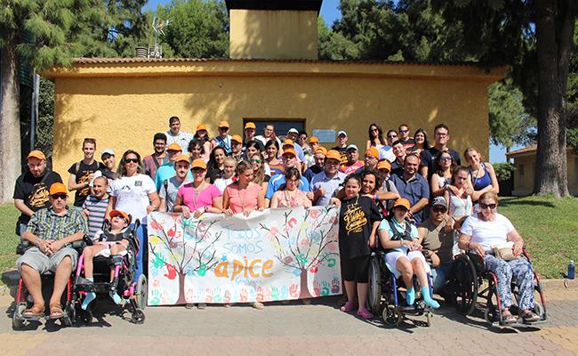 Equipo de voluntarios y participantes del Campamento de Verano de Ápice en 2016 / Ápice