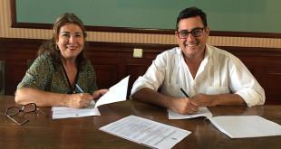 La presidenta de «Acéptalos» y el acalde de Utrera firmando el convenio / ABC