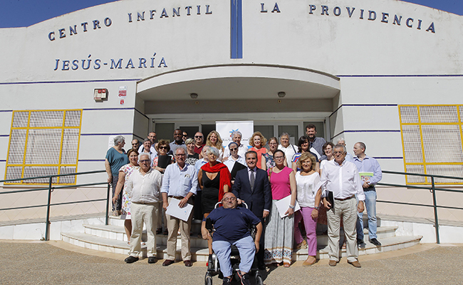 Rafael Herrador posa con representantes de los comedores beneficiarios en el Centro Infantil de la Providencia-Jesus María.  FOTO : Raúl Doblado