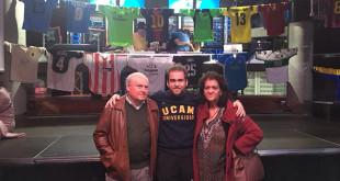Carlos Ojeda, con sus padres, en una exposición benéfica de sus camisetas / ABC