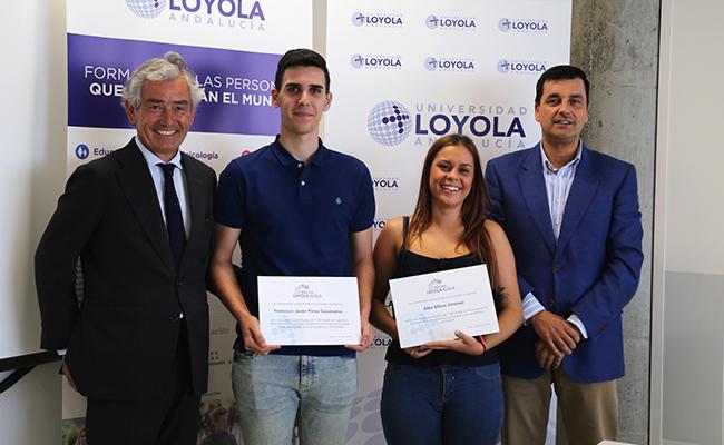 José María Pacheco, presidente de la Fundación Alalá, y Francisco José Pérez Fresquet, adjunto al Rector de la Universidad Loyola Andalucía, junto a Javier y Alba