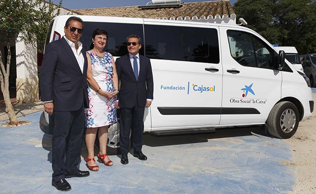 Antonio Pulido, presidente de la Fundación Cajasol, Dolores Romero, directora de Apascide, y Rafael Herrador, director territoria en Andalucía Occidental de CaixaBank