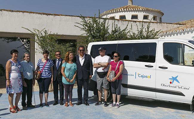 """Apascide contará con un nuevo vehículo adaptado gracias a la Obra Social """"la Caixa"""" y Fundación Cajasol"""