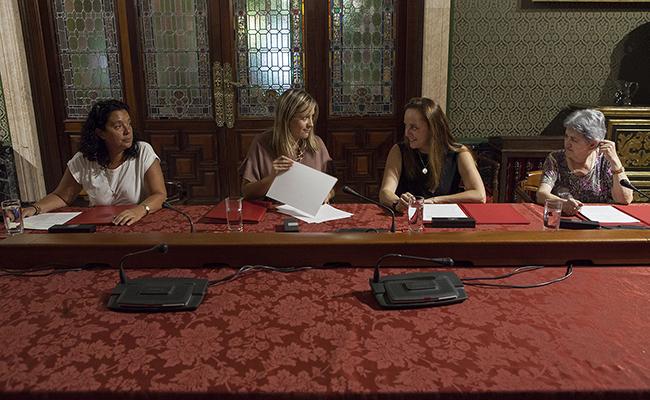 La delegada de Igualdad, Juventud y Relaciones con la Comunidad Universitaria, Myriam Díaz, y los representantes de las tres entidades . Foto: Ayuntamiento de Sevilla / Gogo Lobato