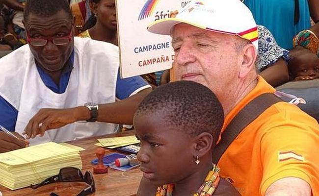 Jesús Mejías, durante una vacunación infantil en Costa de Marfil - ABC