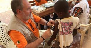 Alfonso Carmona en plena campaña de vacunación