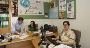 Chiqui Cuadrado junto al voluntario José Manuel Alonso y la trabajadora y voluntaria Conchita Roldán / Vanessa Gómez
