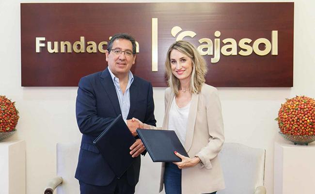 Antonio Pulido, presidente de la Fundacion-Cajasol, y Patricia Garcia, vicepresidenta de la Asociacion ELA Andalucia