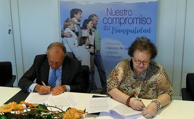 El presidente de Asisttel, Francisco Velo Camacho, y la presidenta de Cruz Roja Española en Sevilla, Amalia Gómez Gómez, durante la firma del convenio / Asisttel