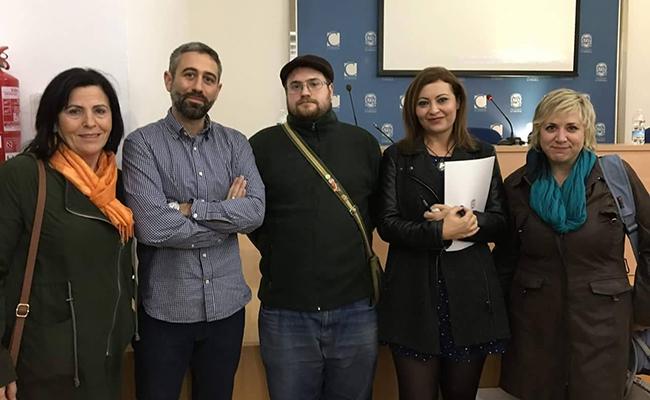 Sandra Gómez, segunda por la derecha, es la edil de Solidaridad en el Ayuntamiento de Utrera / ABC