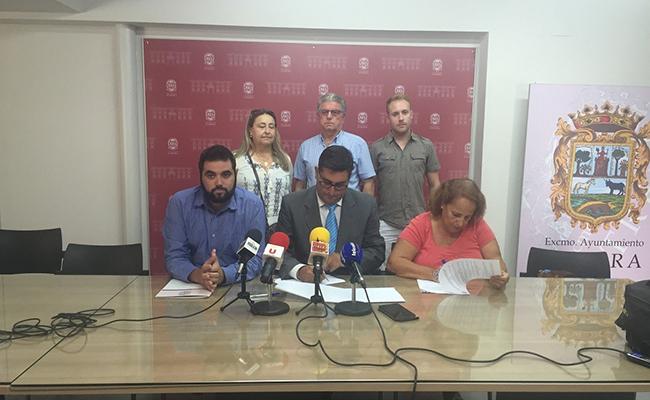 Los miembros de AFADU en la firma del convenio con el Ayuntamiento de Utrera / ABC