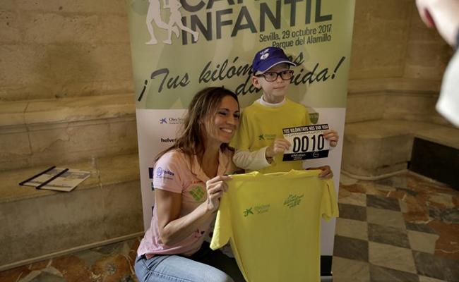 La deportista y Policía Nacional Carmen Merino, junto a Eduardo. FOTO: J.M.SERRANO