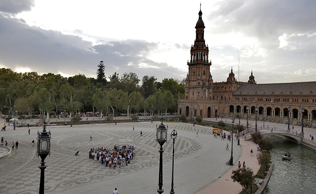 SEVILLA. 11.10.17. Sevillanos forman un corazón humano para concienciar de la importancia de los cuidados paliativos . FOTO: J.M.SERRANO. archsev
