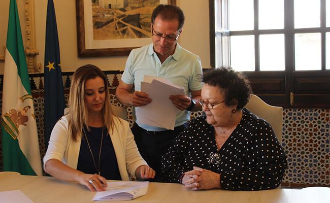 Firma del convenio entre la alcaldesa y la presidenta provincial de Cruz Roja