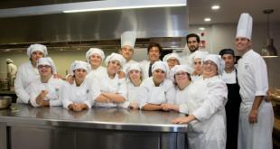 Los alumnos posan junto a sus profesores en las cocinas de la Escuela de Hostelería / L.A.
