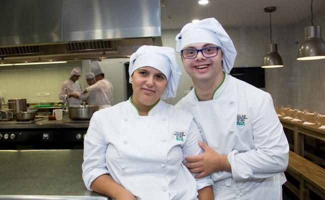 Carlos y María Ángeles ha recogido su título de Ayudante de Cocina / L.A.