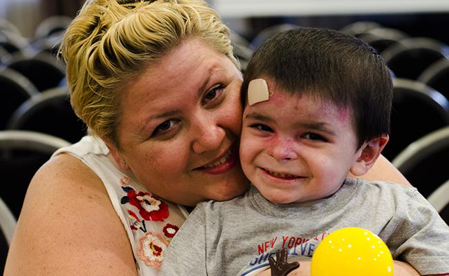 Leo junto a su madre en el último encuentro nacional de Debra España