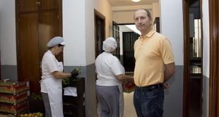 Fernando Domínguez junto a las cocinas del catering social / L.A.