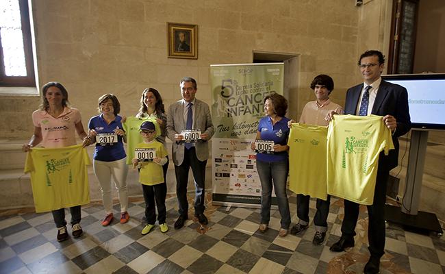 Manuel Soto, segundo a la derecha junto al alcalde de Sevilla, en la presentación de la carrera en el Ayuntamiento de Sevilla / FOTO: J.M.SERRANO.