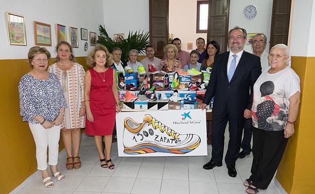 Zapatos nuevos para familias sevillanas en pobreza extrema