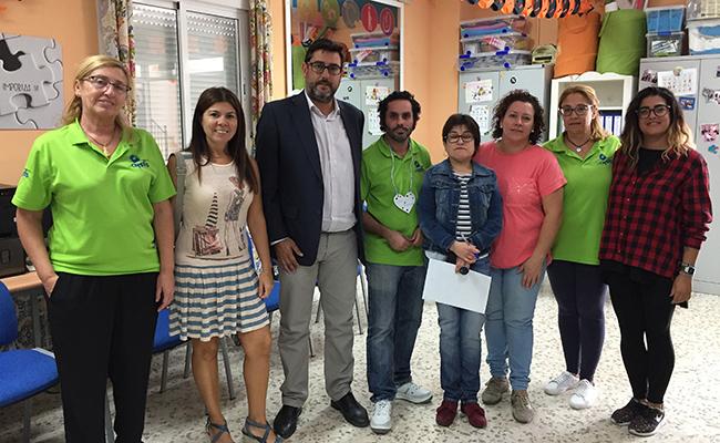 El alcalde de Utrera con los miembros de la asociación Apdis de Utrera