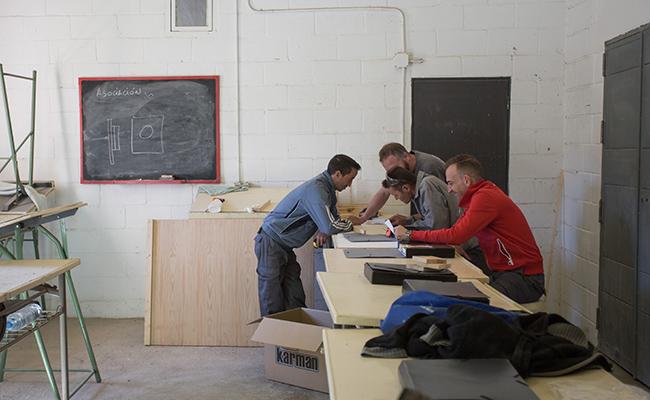 Usuarios del centro en el taller de carpintería / Foto: Vanessa Gómez