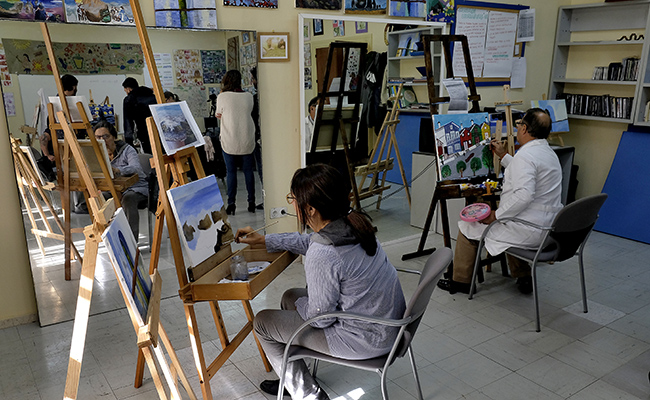 SEVILLA. 13.11.17. DACE , asociación del daño cerebral adquirido, celebra 25 años y organiza un aexposicón de pinturas de sus alumnos en la casa de las sirenas, con Miguel Rodriguez que es el profesor de dibujo. FOTO: J.M.SERRANO. archsev