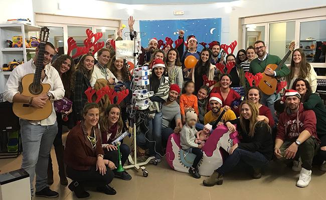 Todos los voluntarios en la sala de juegos del hospital / Andex