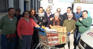 Los responsables de la iniciativa donando los alimentos al comedor social / ABC