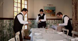 Nacho, Paula y Antonio visten la mesas de Villa Carla / L.A.