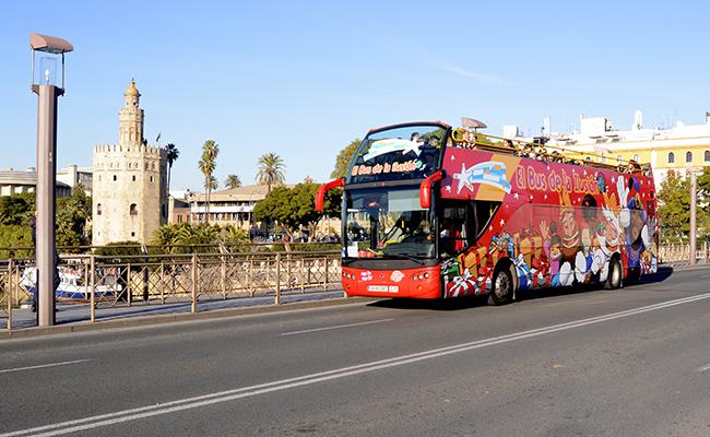 El Bus de la Ilusión por las calles de Sevilla