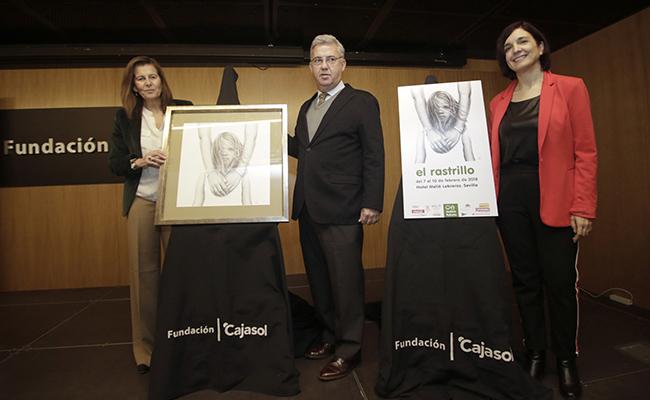 Posan junto al cartel Mónica Gutiérrez, Javier Jiménez Sánchez-Dalp y Mercedes Camacho / Foto: Juan Flores